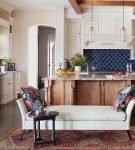 Синий фартук в восточном стиле на кухне