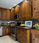 Деревянный гарнитур на кухне с фартуком в восточном стиле