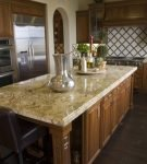 Островной стол на кухне с восточным интерьером