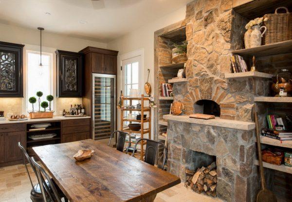 Обустройство камина в шале кухне