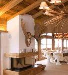 Шале в кухне-гостиной с рустикальными элементами