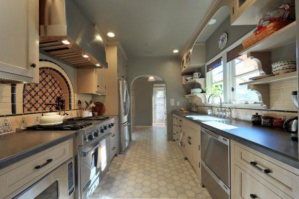 Узкая и светлая кухня в арабском стиле