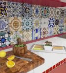 Яркая узорчатая плитка в восточном стиле на кухне