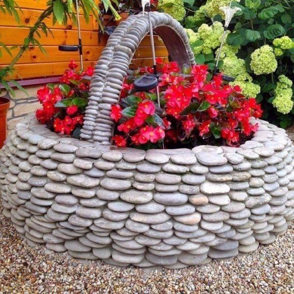 Клумба из шины, декорированная камнями