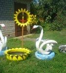 Садовое украшение из покрышек в виде лебедей