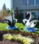 Чёрный и белый лебедь из покрышек