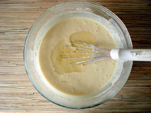 Добавление масла в блинное тесто