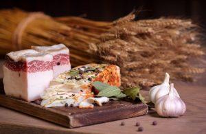 Солёное сало с чесноком и перцем прекрасно вписывается в общую картину любой трапезы