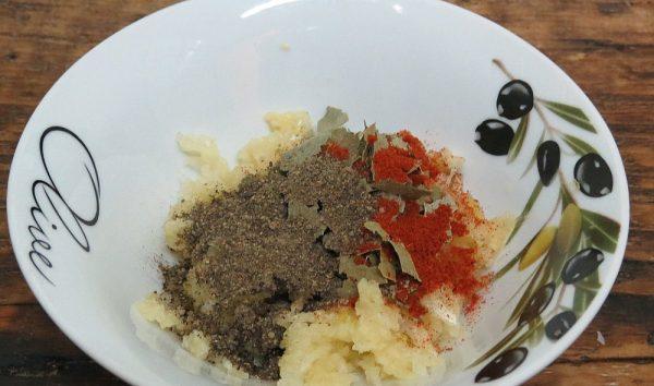 Измельчённые пряности и чеснок в тарелке