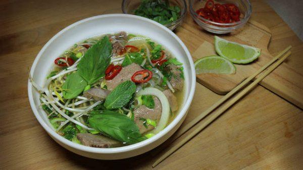 Вьетнамский суп в порционной тарелке