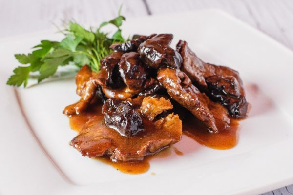 Тушёная говядина на тарелке