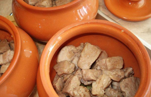 Мясо в горшках для тушения