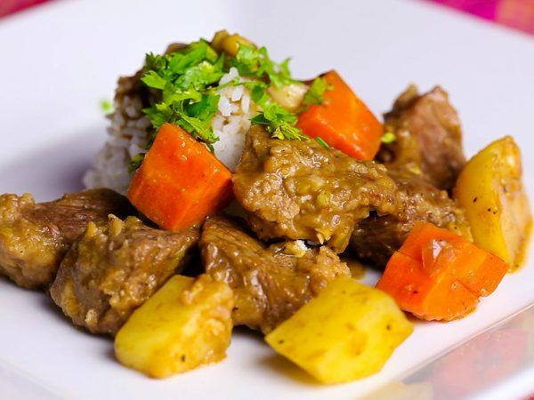 Тушёное мясо с картофелем и морковью