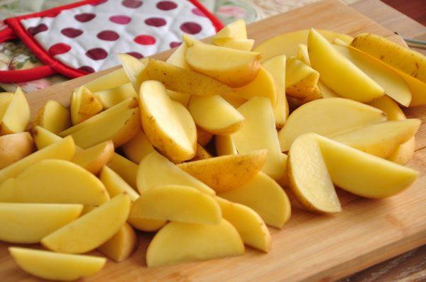 Картофель, нарезанный на дольки