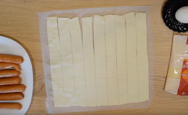 Разрезанное на полоски слоёное тесто
