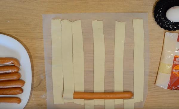 Сосиска на полосках слоёного теста