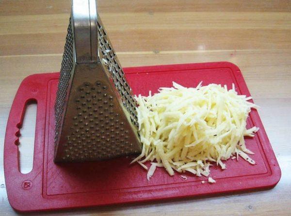 Разделочная доска с натёртым сыром