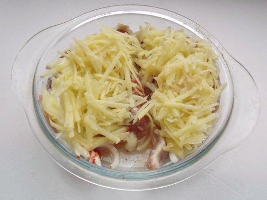 Заготовка из мяса и картофеля в стеклянной форме
