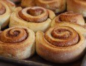 Свежеиспечённая сдобная булочка с корицей и сахаром прекрасно дополнит ваш завтрак, обед или простой перекус