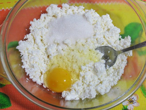 Введение в творог яйца и сахара