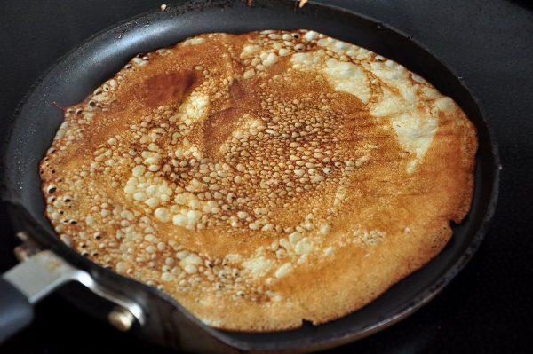Румяный блин на сковороде
