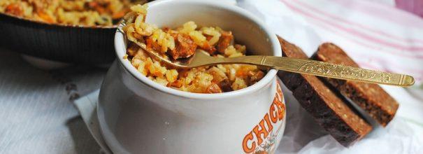 Плов в горшочках, приготовленный в духовке, получается очень вкусным и потрясающе ароматным