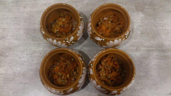 Обжаренные овощи с мясом в керамических горшочках