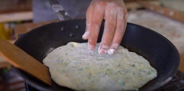 Обжарка лепёшек в сковороде