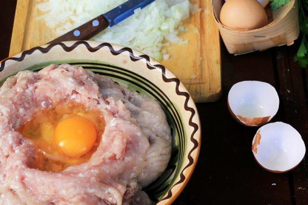 Фарш, лук и яйца в тарелке