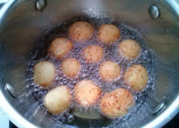 Творожные пончики в кастрюле с кипящим маслом