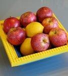 Яблоки лежат на тарелке из Лего