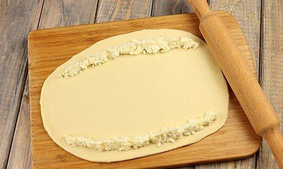 Заготовка для хачапури с небольшим количеством сырной начинки