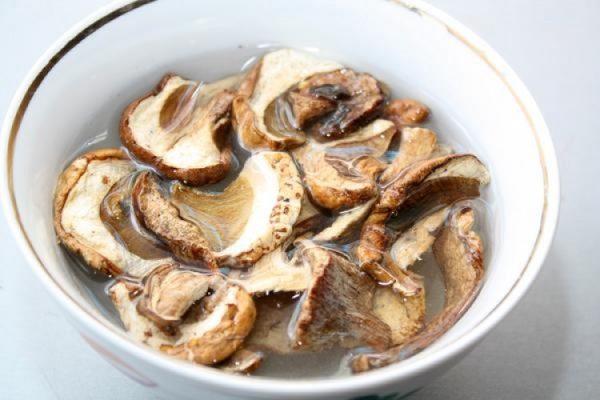 Сухие грибы, замоченные в воде