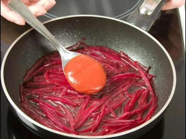 Обжаривание свёклы с томатом и мукой