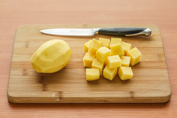Картофель, нарезанный кубиками