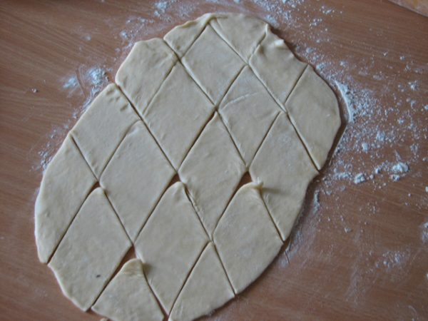 Тесто, нарезанное на ромбы