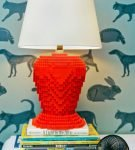 Светильник с красным основанием из Лего