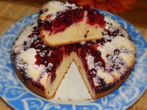 Аппетитному пирогу с вареньем в мультиварке обрадуются малыши и взрослые
