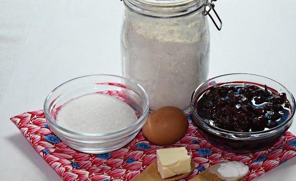 Продукты для приготовления пирога с вишнёвым вареньем на столе