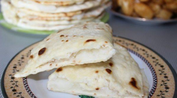 Кусочки татарских лепёшек с картофельной начинкой на тарелке