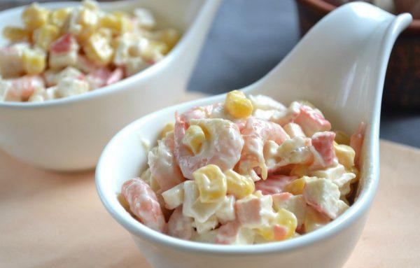 Порционный салат с крабовыми палочками