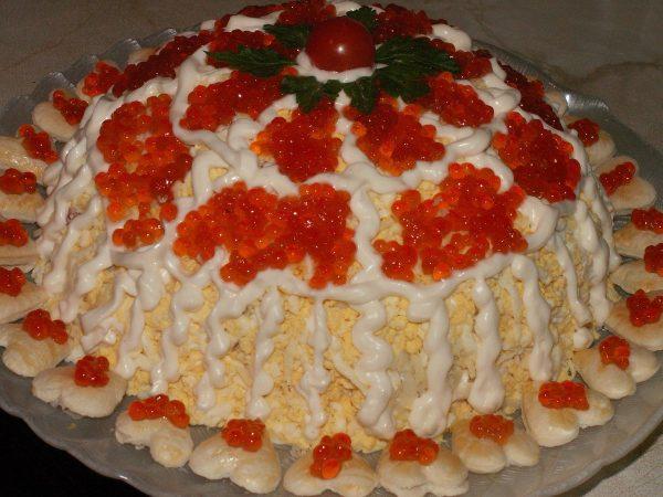 Царский салат с креветками и кальмарами