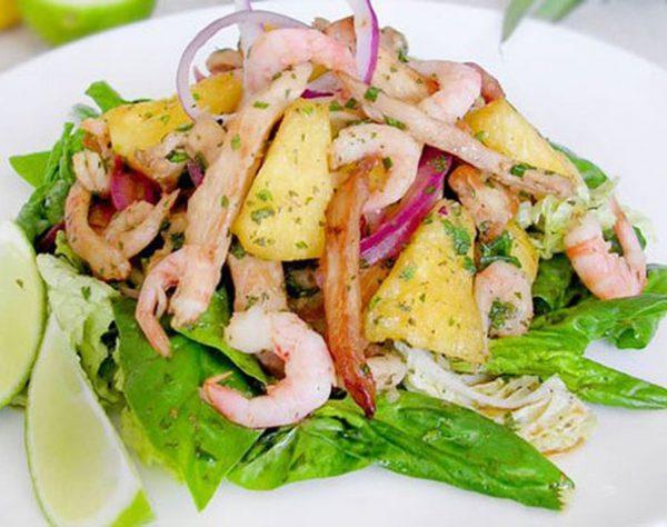 Салат с креветками, ананасами и индейкой