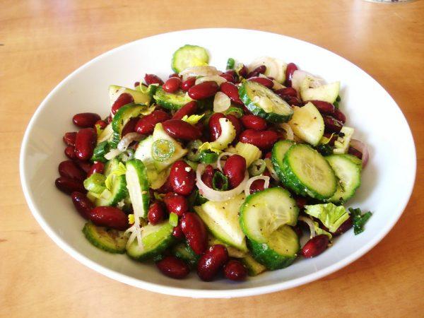 Салат с фасолью и свежими овощами