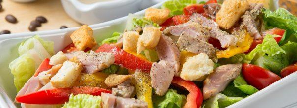 Салат с куриной грудкой и пекинской капустой запоминается яркостью и отличным сочетанием вкусов любимых продуктов