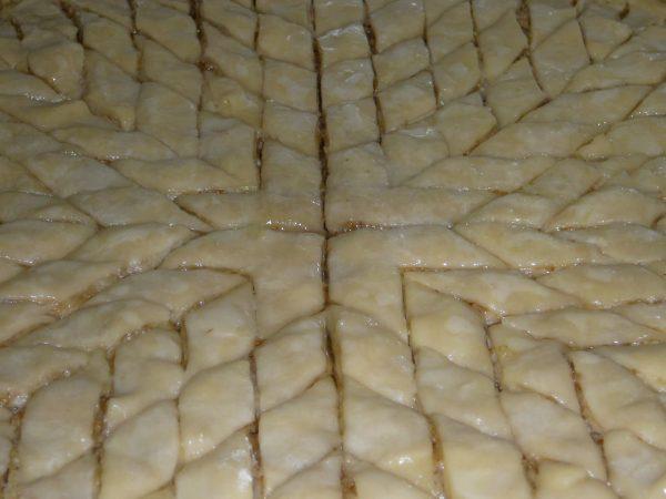 Подготовленная к выпечке бакинская пахлава