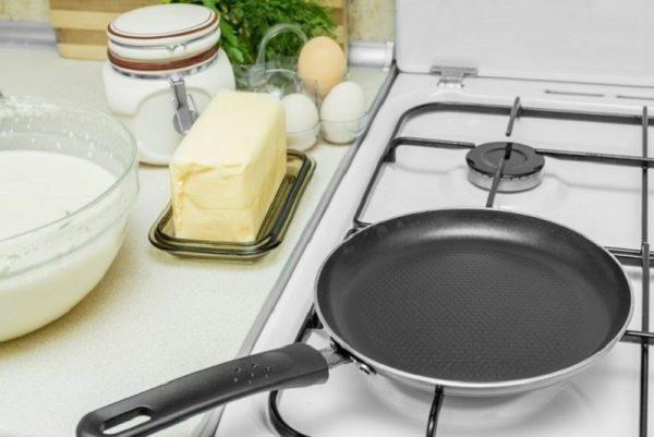 Сковорода на плите