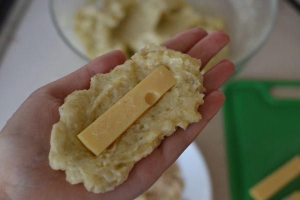 В картофельную лепёшку закатывают сыр