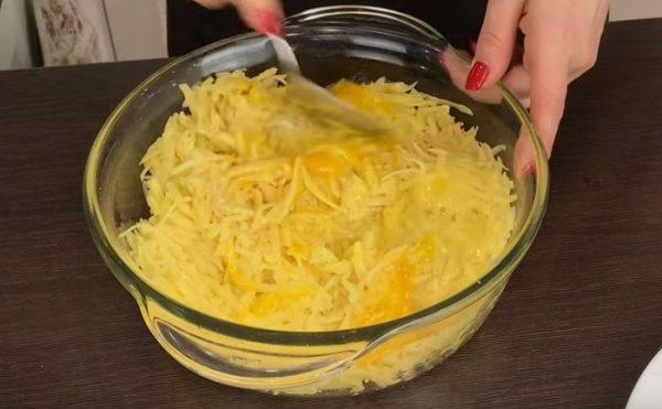 Тёртый картофель в миске