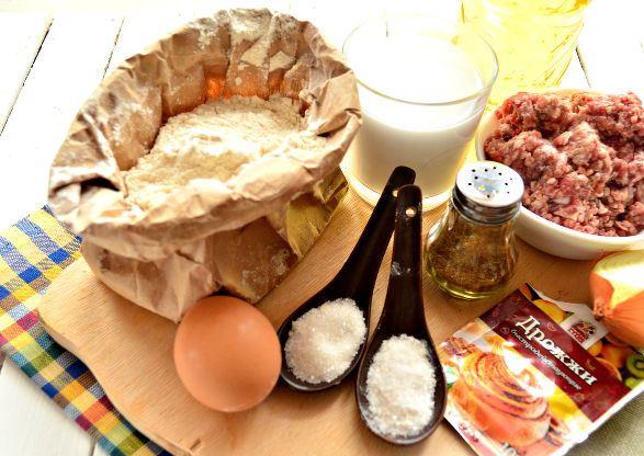 Продукты для приготовления пирожков с мясом на столе